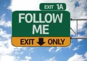 Следуйте за мной дорожный знак — Стоковое фото