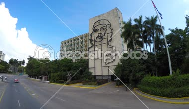 Building with the image of Che Guevara at Plaza — Stock Video