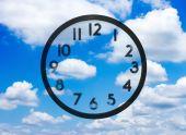 Reloj con no las manos en la nube — Foto de Stock