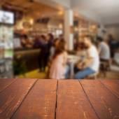 Tabella vuota e gente vaga café sfondo, prodotto spost — Foto Stock
