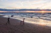 Stoel in de zee met statief — Stockfoto
