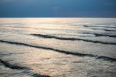 Sea with waves before sunset — 图库照片
