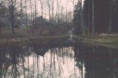 反射のある小さな湖で朝をクリアします。ヴィンテージ. — ストック写真