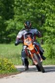 Enduro motorbike riding down the hill, Madona, Latvia, May 26, 2 — Zdjęcie stockowe