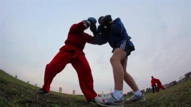 Training adolescents, obstacle course, universal combat — Stock Video