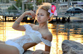 Beautiful girl in a white bathing suit — Stockfoto