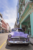 Violet car in Cuba — Stock Photo