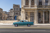 Green car on the Havana Malecon — Stock Photo