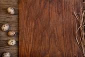 пустая деревянная простоватая разделочная доска с яйцами перепела копирует пространство для текста — Стоковое фото