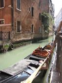 Venedig-italien-kanal mit gondel — Stockfoto