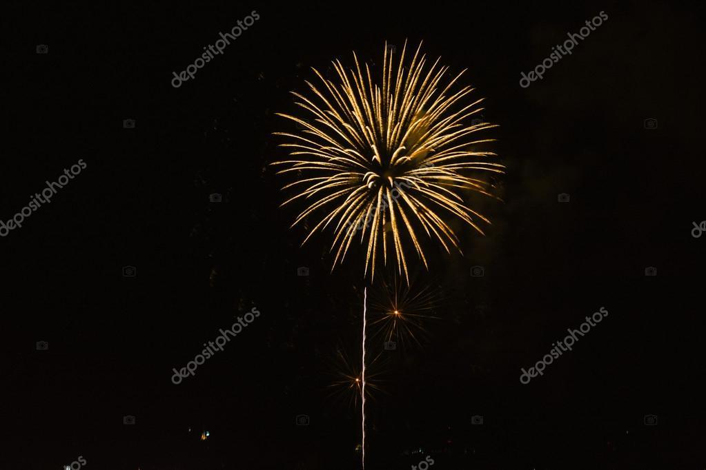 五彩��f�x�_五彩缤纷的烟花背景在漆黑的夜晚– 图库图片