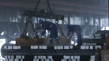 Workers transfer steel blocks — Vídeo de Stock