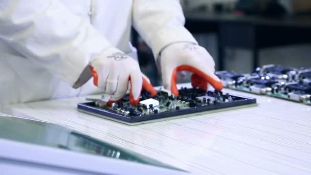 Placas Pcb trabajador produciendo — Vídeo de stock