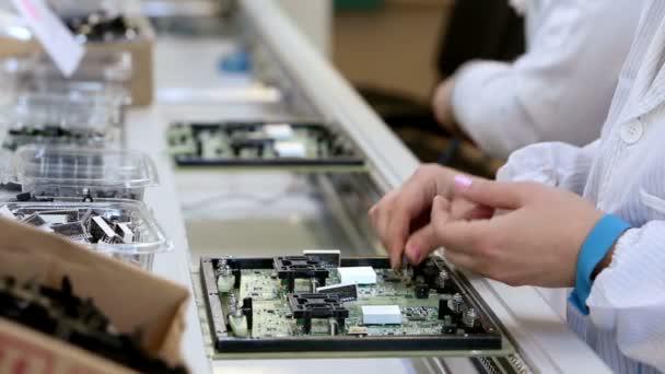 Placas de circuito de construcción en fábrica de la electrónica — Vídeo de stock