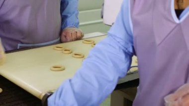 Workers moves bagels on production line — Stock Video