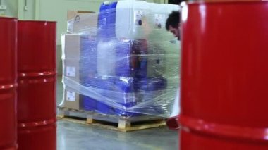 Worker packing merchandise in storage warehouse — Stock Video