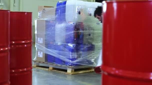 Trabajador de embalaje de mercancía en almacén — Vídeo de stock