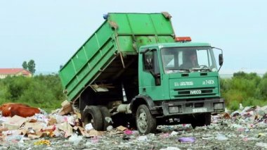 Truck unloads at the garbage dump — Stock Video