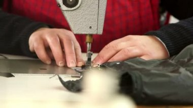 Female hands sews on sewing machine — Stock Video