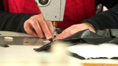 Female hands sews on sewing machine — Stockvideo