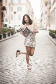 Young asian woman smiling and showing clapperboard urban scene — Stock Photo