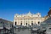 Widok katedry Świętego Piotra z pustych krzeseł na miejscu — Zdjęcie stockowe