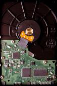 Festplatte mit grünen Mikroschaltung Komponenten — Stockfoto