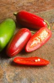 Red and green jalapenos — Stok fotoğraf