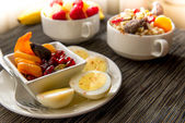 Fresh fruit and oatmeal with healthy toppings for breakfast — Foto Stock