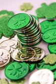 Día de Saint Patrick - monedas y tréboles — Foto de Stock