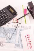 Podatkowe przygotowanie dostaw, okulary do czytania i podatkowe formularze — Zdjęcie stockowe
