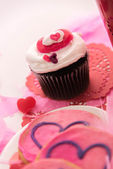 Valentines Day - pink cookies and cupcakes with hearts — ストック写真