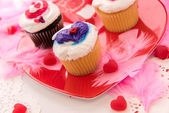 Valentines Day decorations and cupcakes with heart shaped frosti — Stock Photo