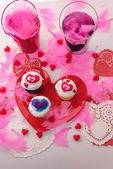 Día de San Valentín decoraciones y cupcakes con frosti en forma de corazón — Foto de Stock