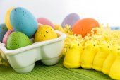 Färgade påskägg och gula kycklingar — Stockfoto