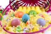 用彩色的鸡蛋、 黄色的小鸡和糖果的复活节篮子 — 图库照片