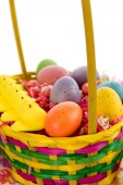 Easter basket with colored eggs, yellow chicks and candy — Stockfoto