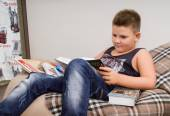 Ragazzo di lettura — Foto Stock