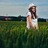 Junge schöne Frau in weiß im Bereich outdoor — Stockfoto