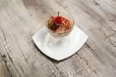 Sorvete com miolo de chocolate e cereja na chapa branca — Fotografia Stock