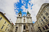 Monument to the Franz Joseph Haydn in the background of Sankt Mariahilf/Barnabites Church, Vienna — Stock Photo