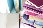 Pile de livres et une page blanche sur le livre ouvert. — Photo