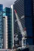 Grue de construction sur le fond du centre d'affaires — Photo