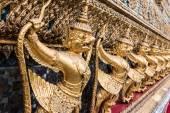 ワット ・ シーラッタナーサーサダーラーム バンコク、タイでのゴールデン ガルーダ — ストック写真