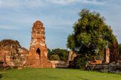 Pagode et le statut de Bouddha au Wat Yai Chaimongkol — Photo