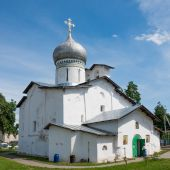 Pskov. Russia.Peter and Paul Church with Bui — Stock Photo