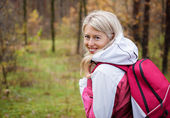 Young woman hiking in woods — Stock Photo