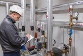 Technik kontroli systemu ogrzewania w kotłowni — Zdjęcie stockowe