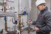 Engineer in boiler room — Zdjęcie stockowe