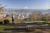 Man overlookng Portland, Oregon from Pittock Mansion — Stock Photo